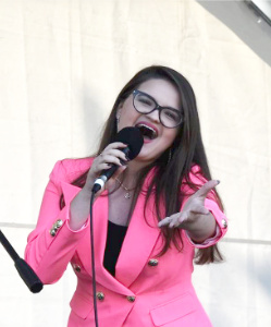 Karolina Lyndo śpiewa na scenie i patrzy w obiektyw