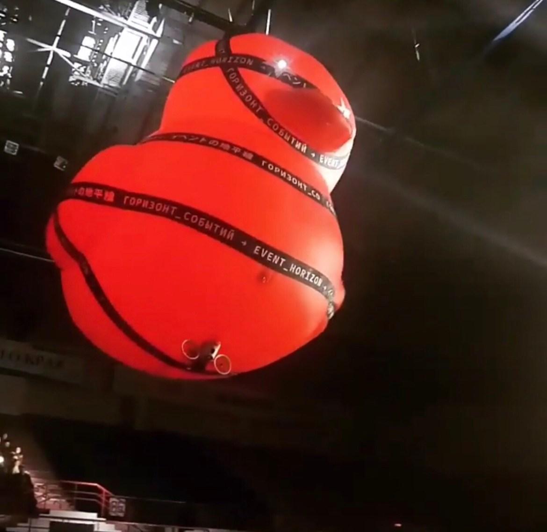 В Хабаровске прошёл концерт Би-2. Летала гигантская красная уточка