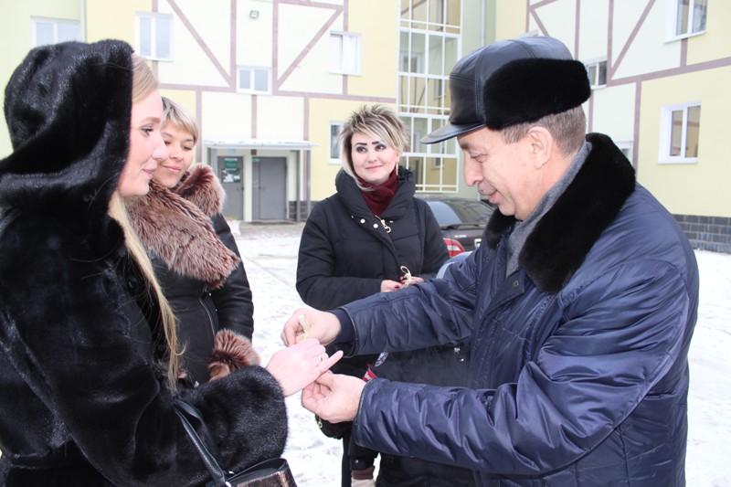 Под Новый год Александр Левинталь вручил ключи от новых квартир врачам. Пока не всем
