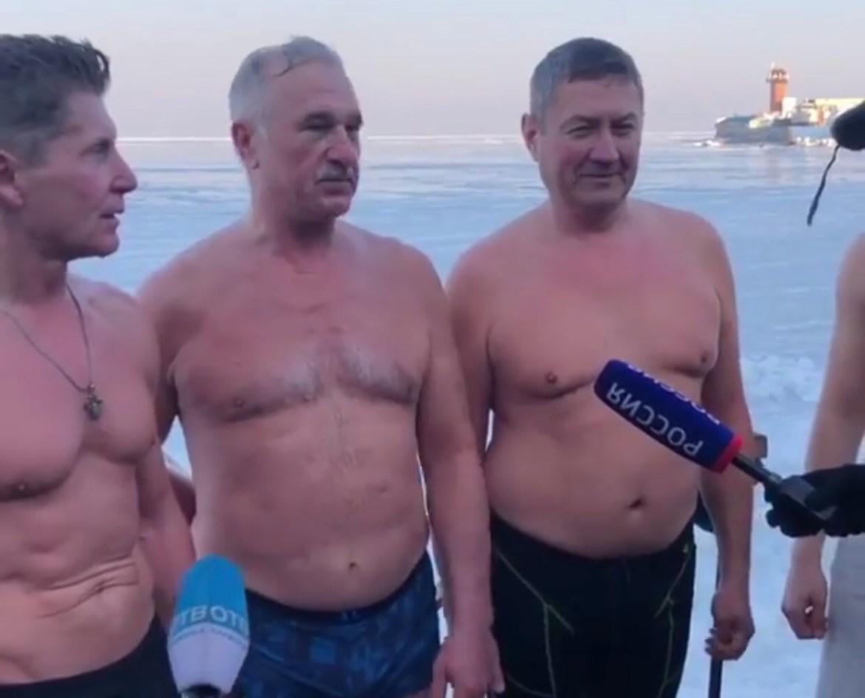 Олег Кожемяко снова поплавал в проруби. А потом с голым торсом поговорил с прессой