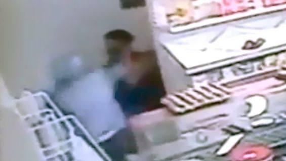 Грабитель «под кайфом» попытался напугать ножом продавщицу магазина в Амурзете, но испугался сам и убежал