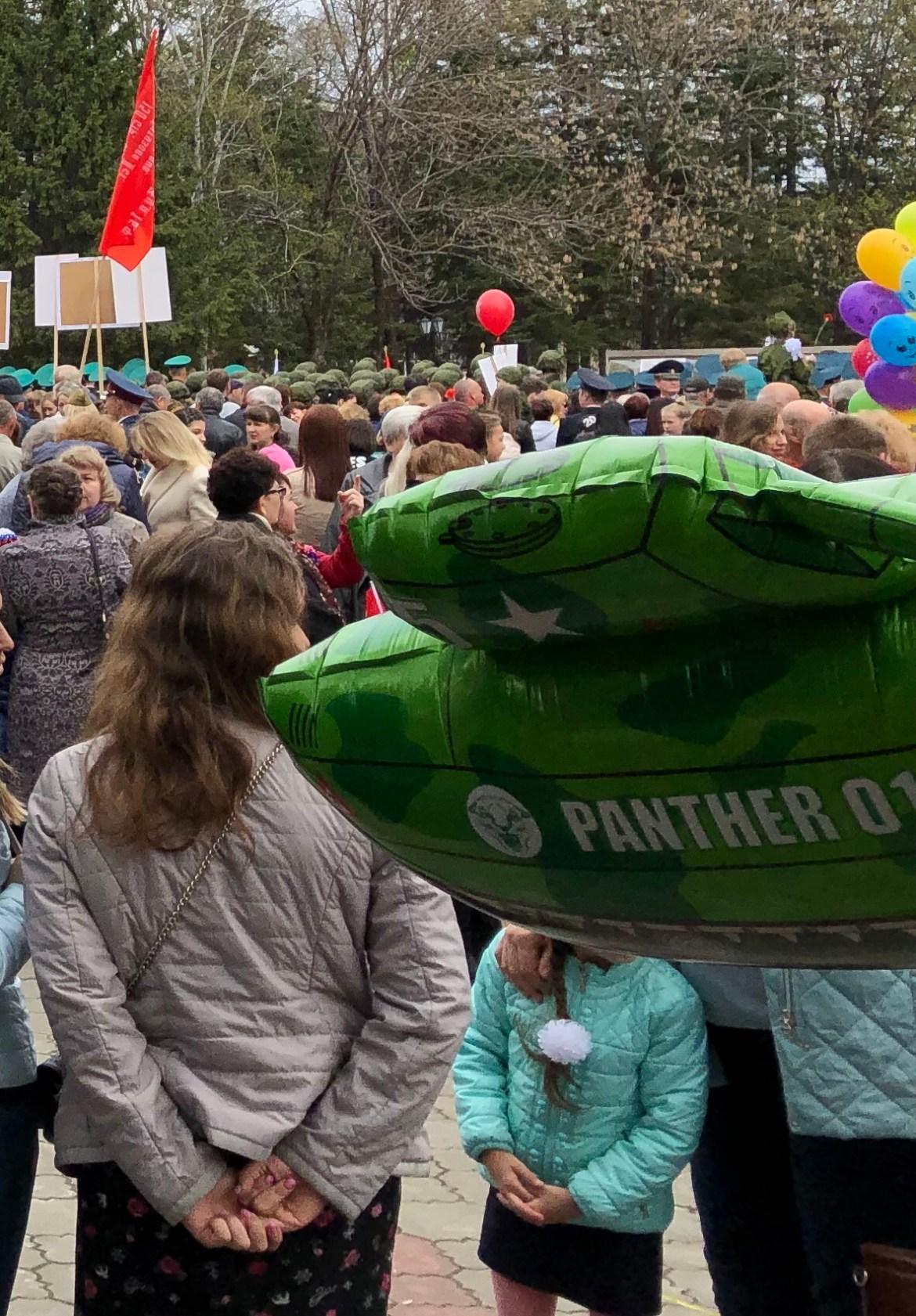 На митинге в честь 74-й годовщины Победы в Биробиджане продавали шарики в виде танков. На них была надпись «Пантера»