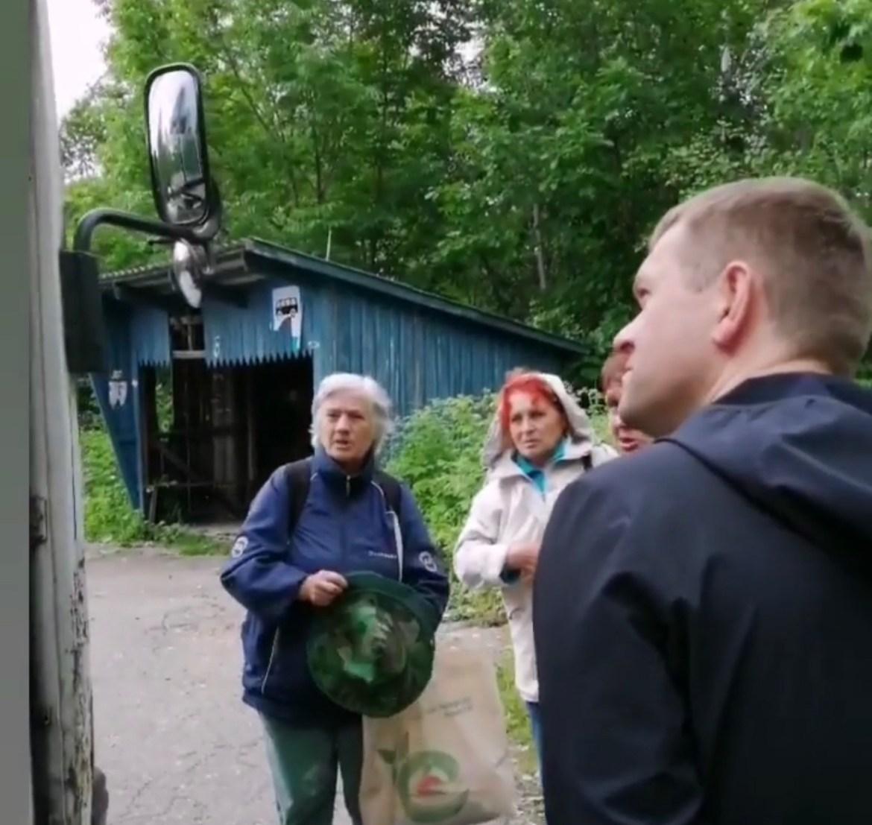 Мэр Биробиджана Александр Головатый съездил на рейсовом автобусе на Щукинку с дачниками
