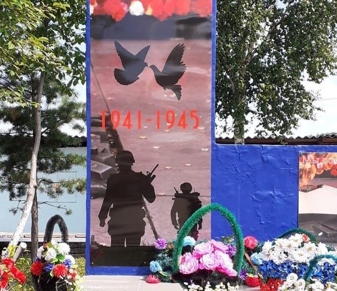 В селе Амурской области на памятник погибшим войнам ВОВ нанесли изображения бойцов НАТО