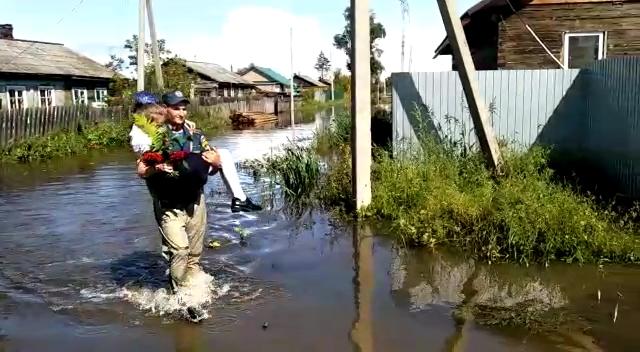 В школу на руках спасателей: в Николаевке сотрудники МЧС доставили детей из подтопленных домов на торжественные линейки (ВИДЕО)