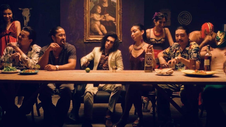 В новом видео «Баккара» Коста Лакоста пьёт текилу и танцует на столе во время тайной вечери в наркокартеле?
