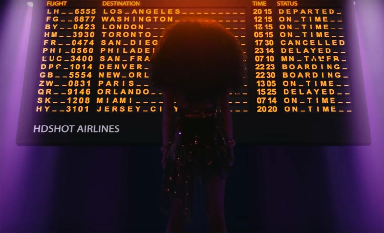 В новом клипе «Beverly Hills» Zivert угодила под пассажирский самолёт в поисках любви и славы