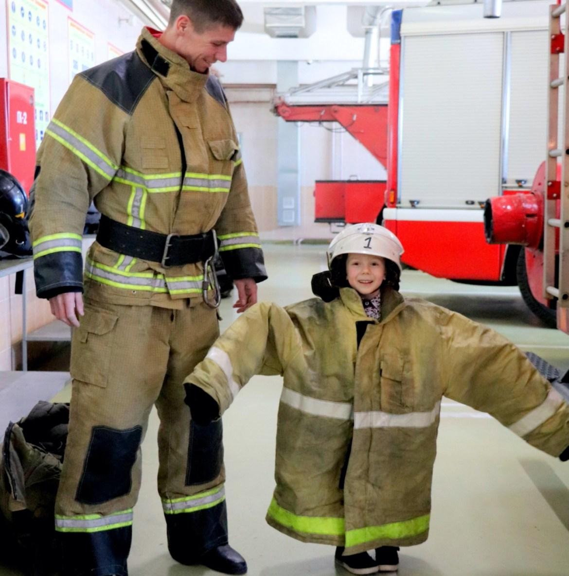 Мужественность и нежность биробиджанских спасателей и пожарных в фотопроекте «Отцы и дети»