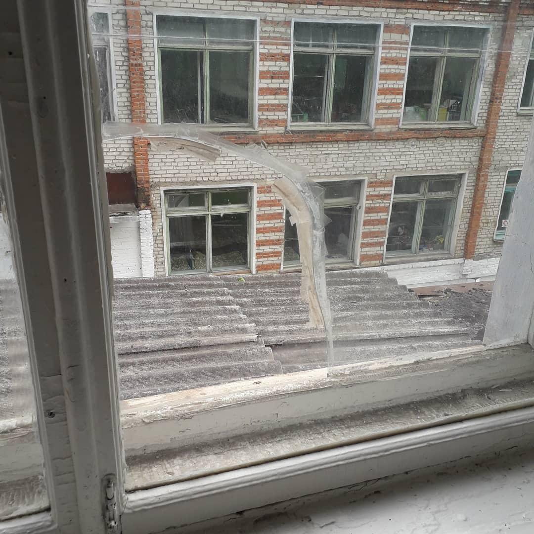 В дестком саду № 2 в Теплоозерске дыры в окнах и течет потолок в спальне ребятишек (ФОТО)