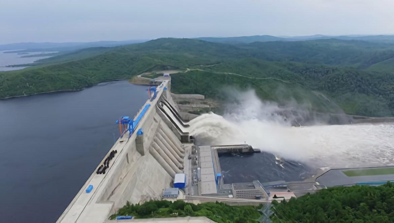 Бурейская ГЭС увеличила холостые сбросы воды. На Зейской ГЭС водосбросы пока закрыты
