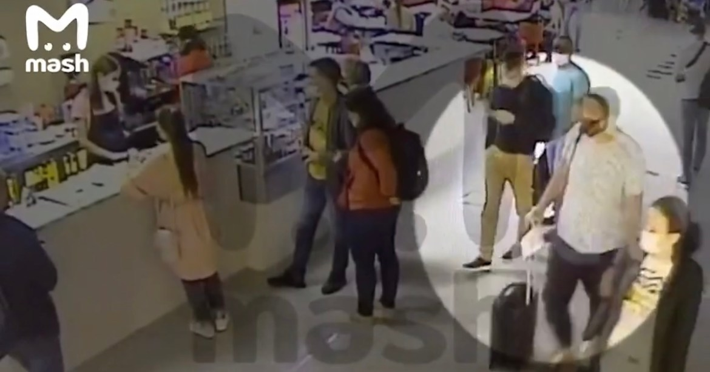 Стаканчик с чаем в аэропорту Томска Навальному передал его помощник (ВИДЕО)