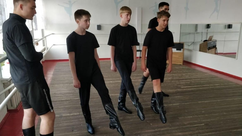 В детской хореографической школе Биробиджана примерили новые мужские сапоги, женские кадрильки и народные туфли