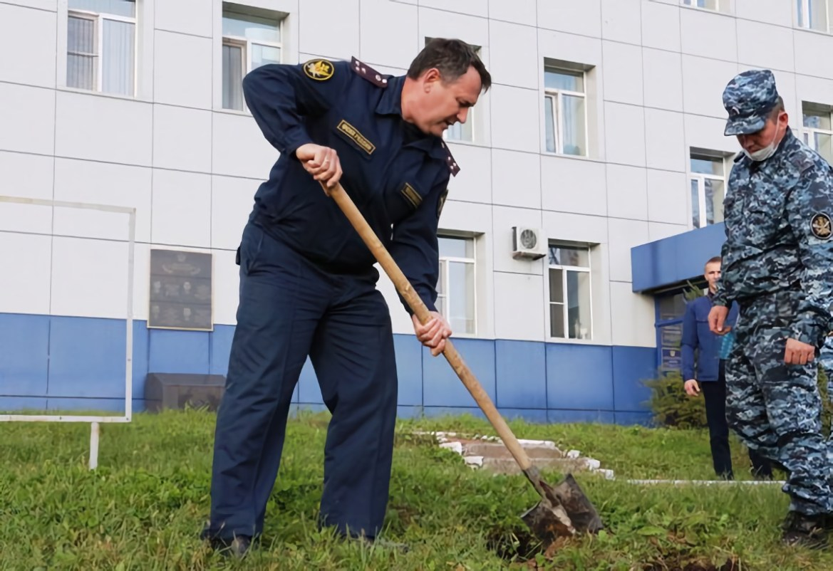 В ЕАО сотрудники УФСИН посадили … деревья!