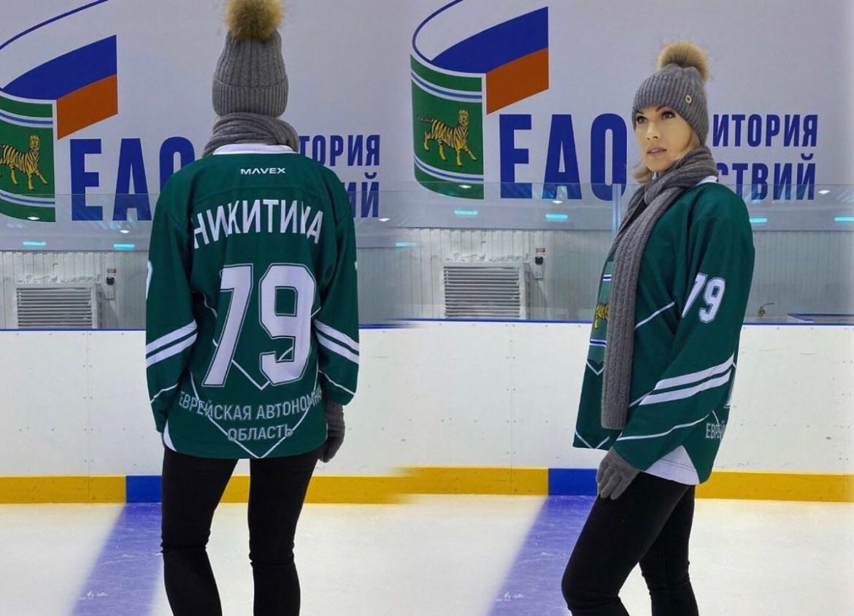 И.о. зампреда правительства ЕАО Елена Никитина вышла на лёд в джерси с гербом автономии