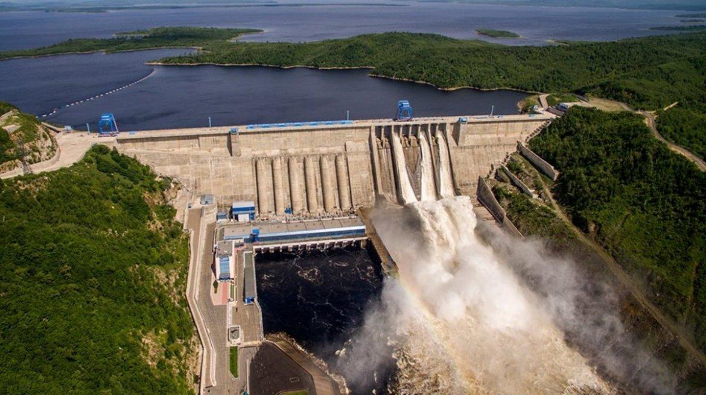Зейская ГЭС сбрасывает излишки воды из водохранилища