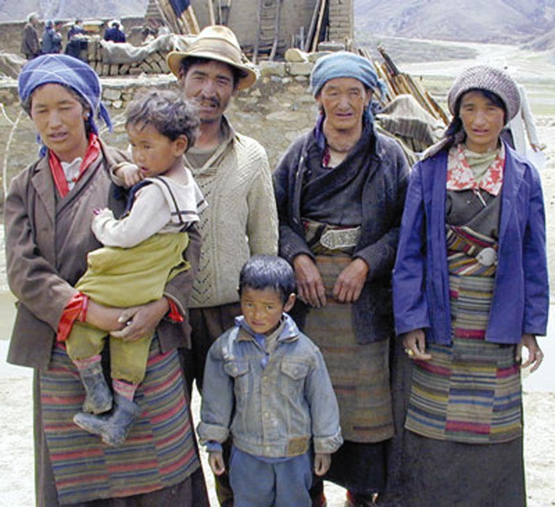 Familia tibetana de tres generaciones afectada por el bocio y el deterioro intelectual debido a la carencia de yodo.