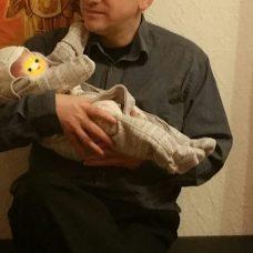 Die Miniperle darf mit meinem mann kuscheln und ich bin der Ansicht, das Ihm ein Baby durchaus steht!