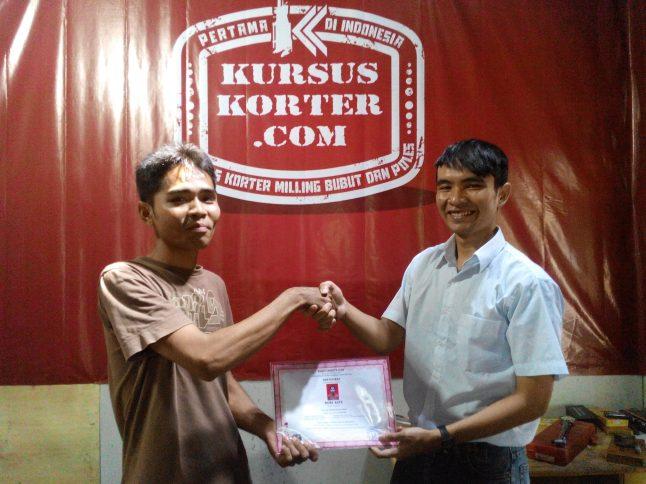 Uda Robby dengan sertifikat kelulusan Kursus Korter.