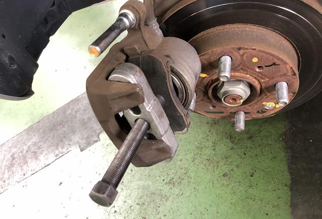 ブレーキキャリパーピストンをプーラーで押し込む