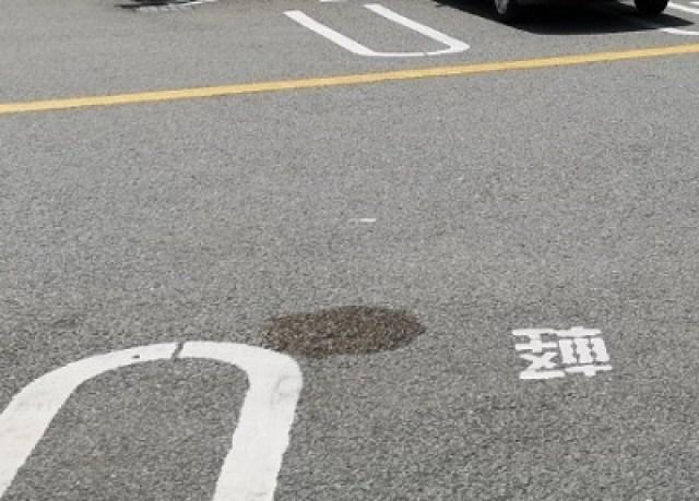 コンビニ駐車場に水のシミ