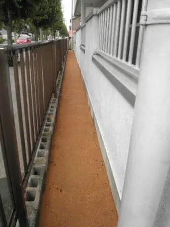 固まる土を盛った後、転圧・散水を経て防草対策を進める作業工程 トリプルエス 大阪