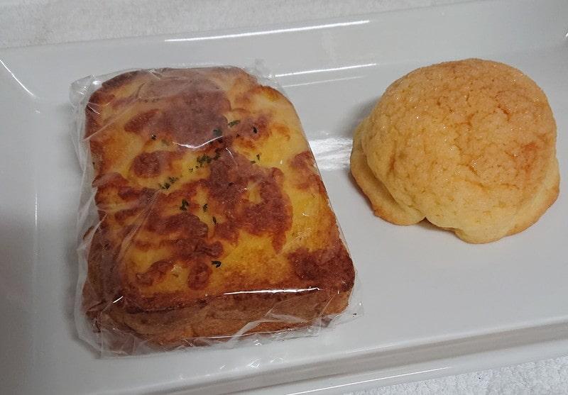 フォグベイカーズで買ったパン(ベーコンエッグとメロンパン)