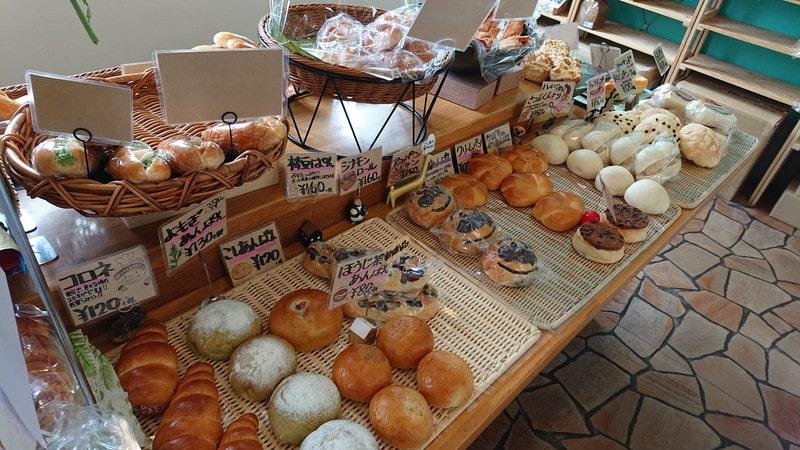 釧路町にあるパン屋「ルームベーカリー」の店内