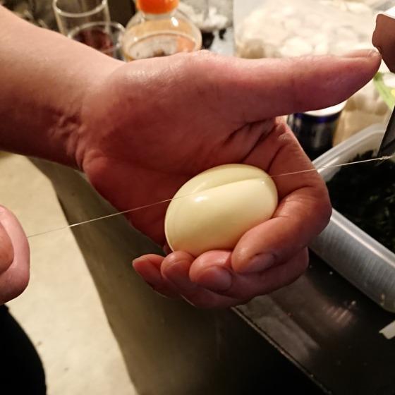 卵を半分に切る