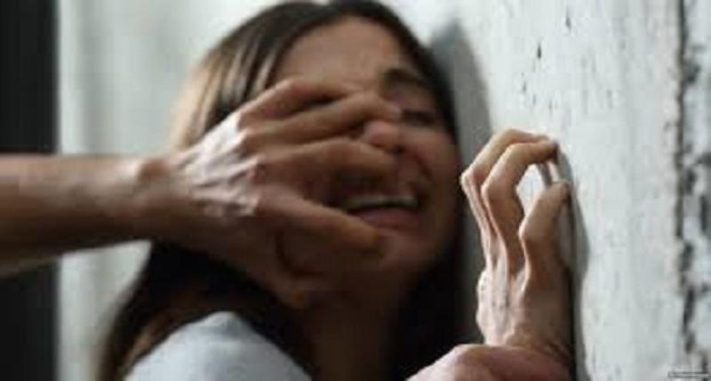مديرة مدرسة تعتدي على طالبة بالضرب وتطردها بسبب الرسوم