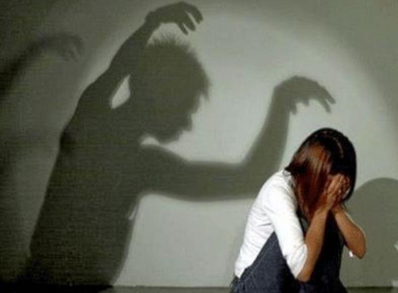 مخمور يتحرش بـ فتاة داخل غرفتها .!