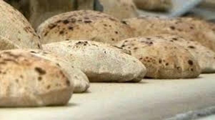 حمل الخبز في أوراق الصُحف أَشد خطراً من أكياس النايلون