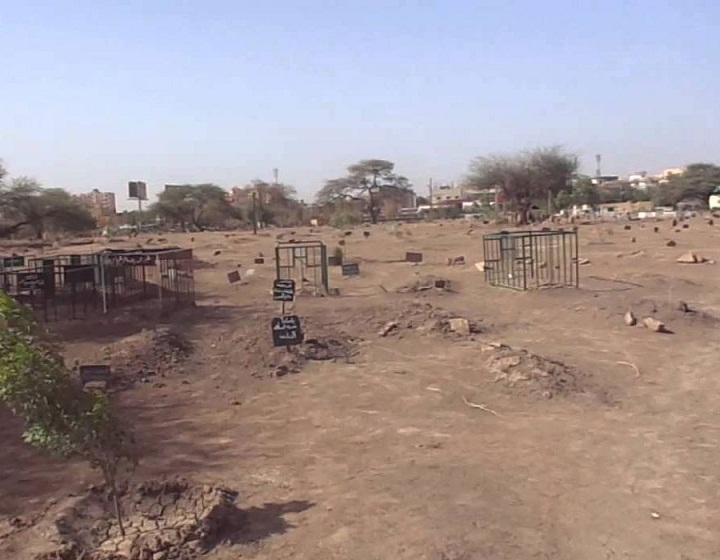 ضبط سائقي (قلابات) يقومون ببيع التراب وحفره قرب مقابر بالجزيرة