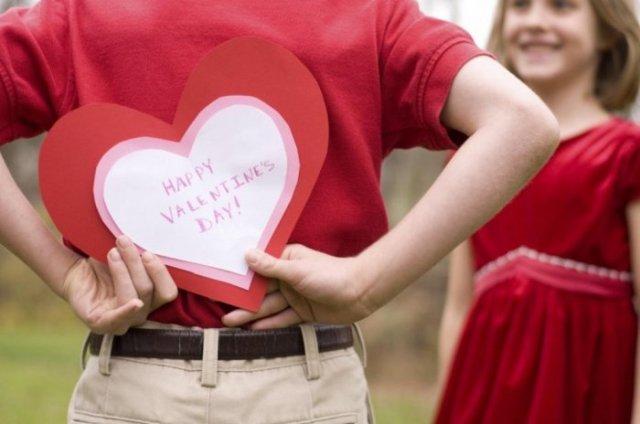 في عيد الحب … يبتاع ثلاث هدايا لعشيقاته الثلاث