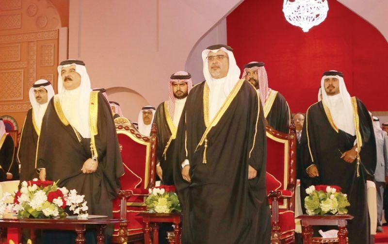 """بالفيديو: شاهد ملك البحرين يكرم البقرة""""روعه"""" وكلب وحمامه"""