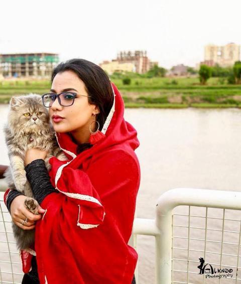 """بالصور.. في اليوم العالمي للقطط.. الحسناء """"لوشي"""" تهنئي قطها """"ميشو"""" (كل سنة وانت طيب ياعُمري)"""