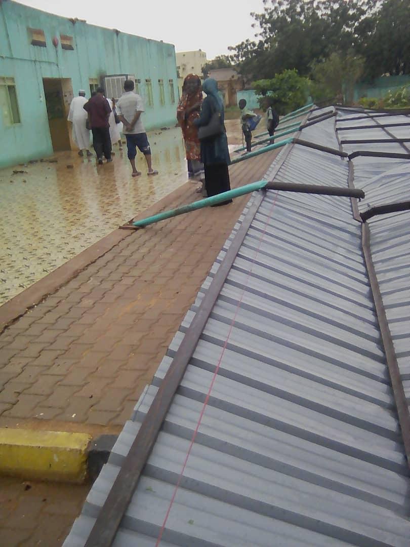 """بالصور : نجاة عشرات التلاميذ بإحدى مدارس الأساس بالخرطوم بعد سقوط """"برندات"""" زنك أمام فصولهم"""