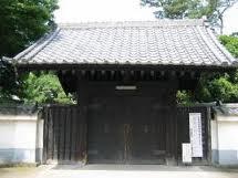 東京大学の赤門に対抗して黒門と呼ばれてました。