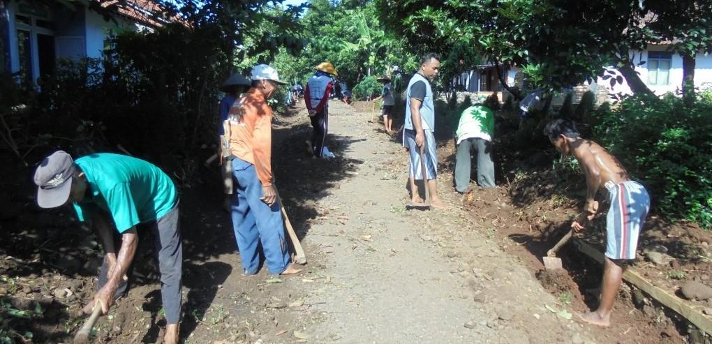 Membangun Saluran Drainase, Warga Desa Kuta Jaga Tradisi Gotong Royong
