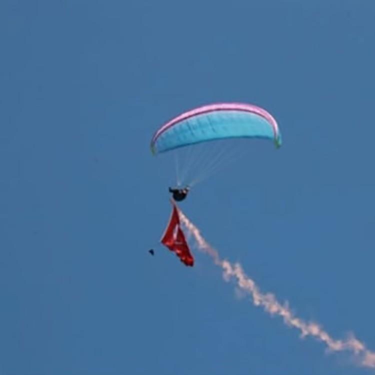 Yamaç paraşütü pilotundan havada 23 Nisan kutlaması