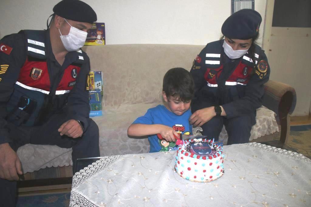 Babası Şırnak'ta asker olan çocuğa jandarmadan doğum günü sürprizi
