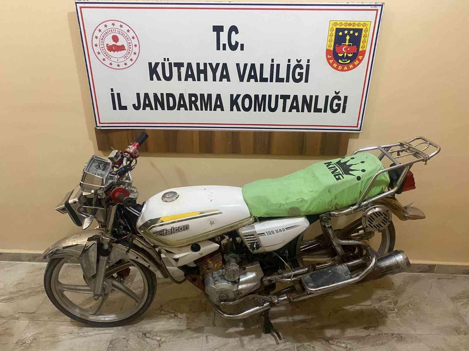 Çaldığı motosikleti jandarmaya satmaya kalktı