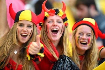 Belgische babes moedigen de Rode Duivels aan