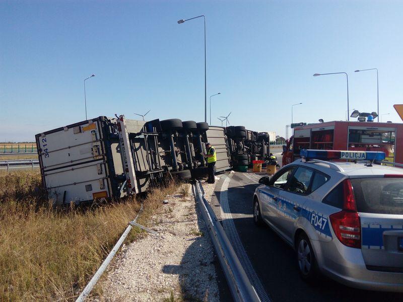 samochód ciężarowy przewrócił się na autostradzie