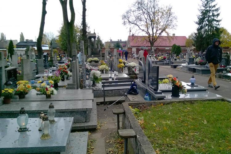 Zadbajmy o bezpieczeństwo przy sprzątaniu grobów