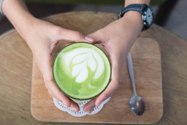 Dlaczego warto pić zieloną herbatę na wiosnę?