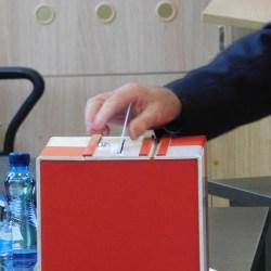 Dziś rada powiatu zdecydowała, że Krzysztof Debich zostanie na stanowisku starosty do końca kadencji. 11 radnych zagłosowało za odwołaniem obecnego starosty, 9 było przeciw, a 1 z oddanych głosów był nieważny.