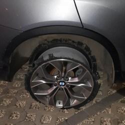Pijany kierowca tak uciekał, że zdarł oponę