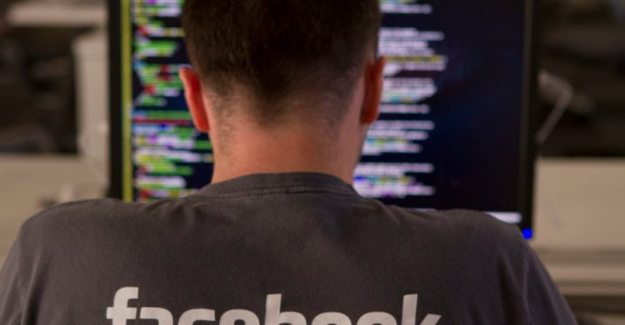Ingeniero de Facebook trabajando