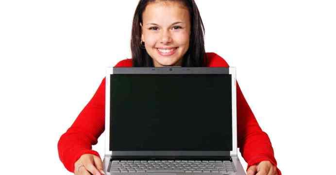 Publicidad en internet - mujer con computador portatil