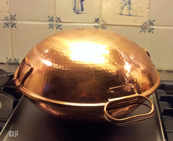 Koperen pan bestaande uit twee halve bollen die met klemmen worden gesloten.